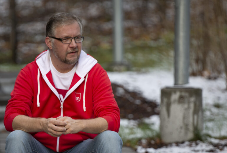 Kalle Mikkolainen istuu portailla
