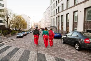 Opiskelijat kävelevät kadulla