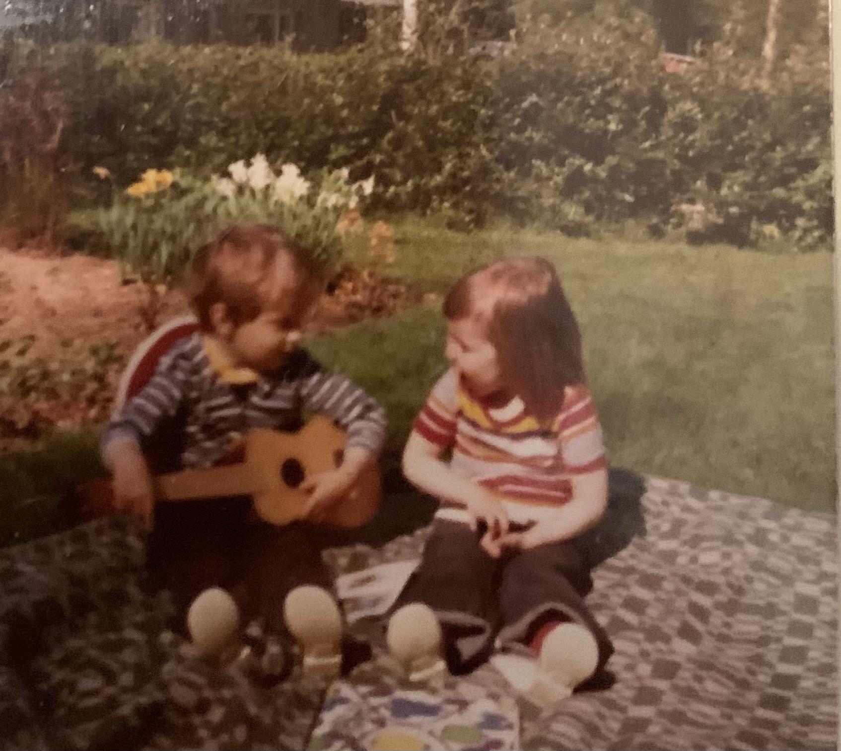Kalle soittaa kitaraa