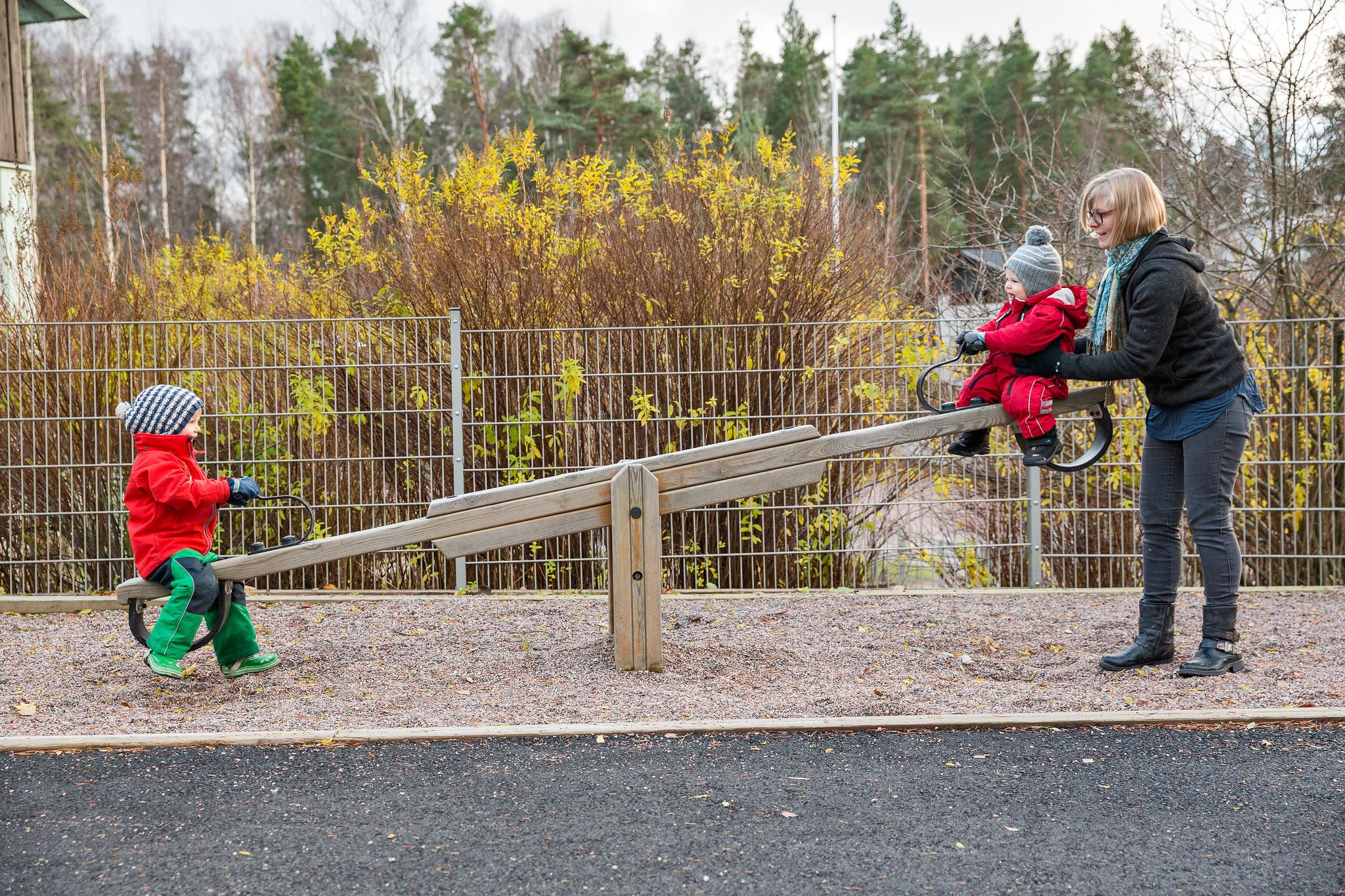 Kuva, jossa lapset keunuvat leikkipuistossa
